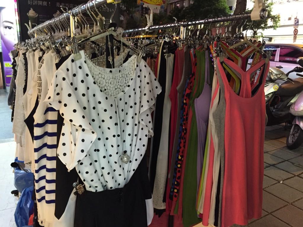 服も売ってます。