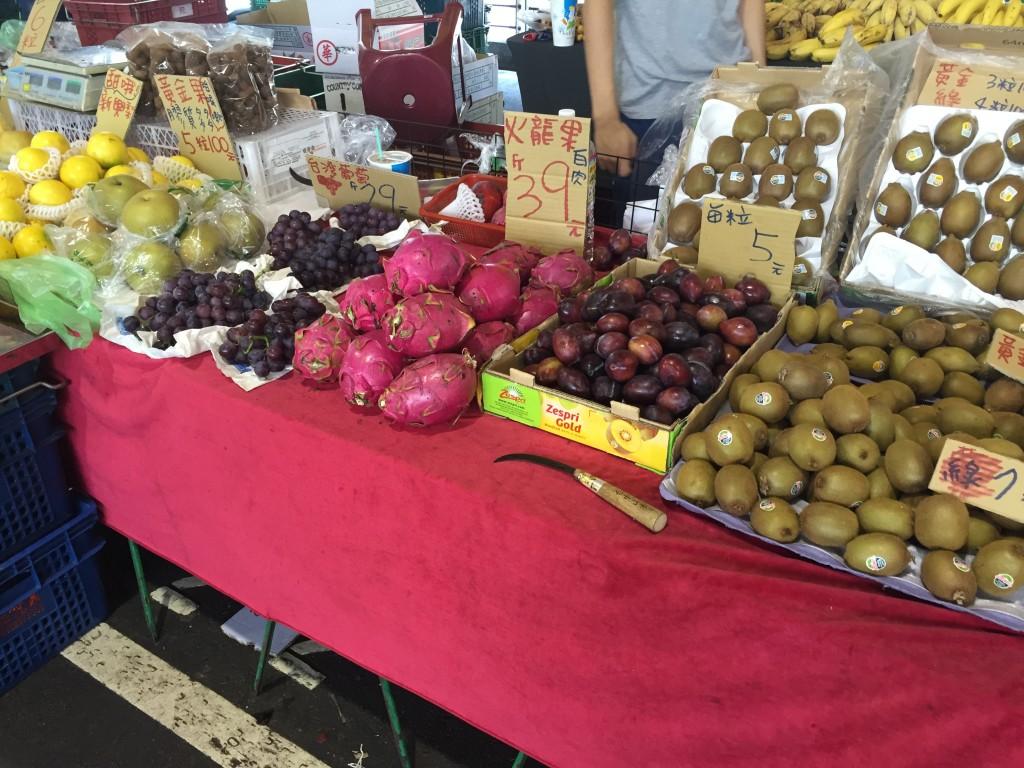 朝市は食材の販売がメインです。フルーツ丸かじりしましたが、旨い〜!